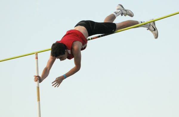 Lankes captures pole vault title